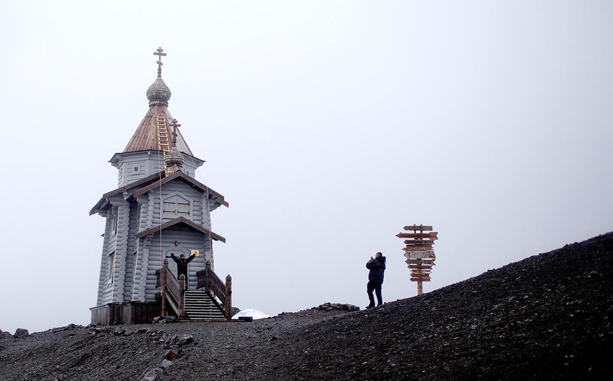 Туристи се снимат на входа на Троицката църква в Антарктида, 28 януари 2015 г.