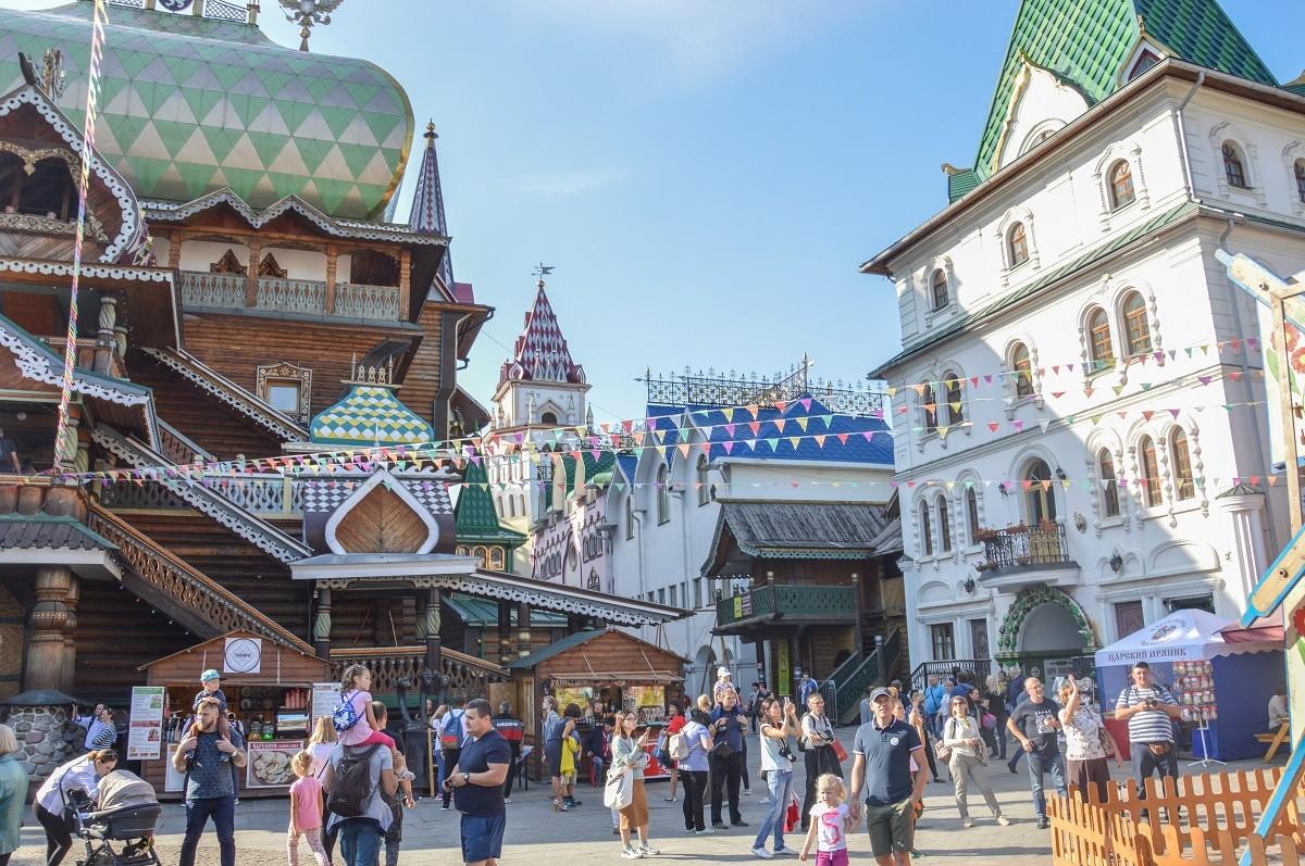 Si vous séjournez uniquement à Moscou, pour acheter des souvenirs, faites un tour au marché d'Izmaïlovo, on peut y faire de bonnes affaires.