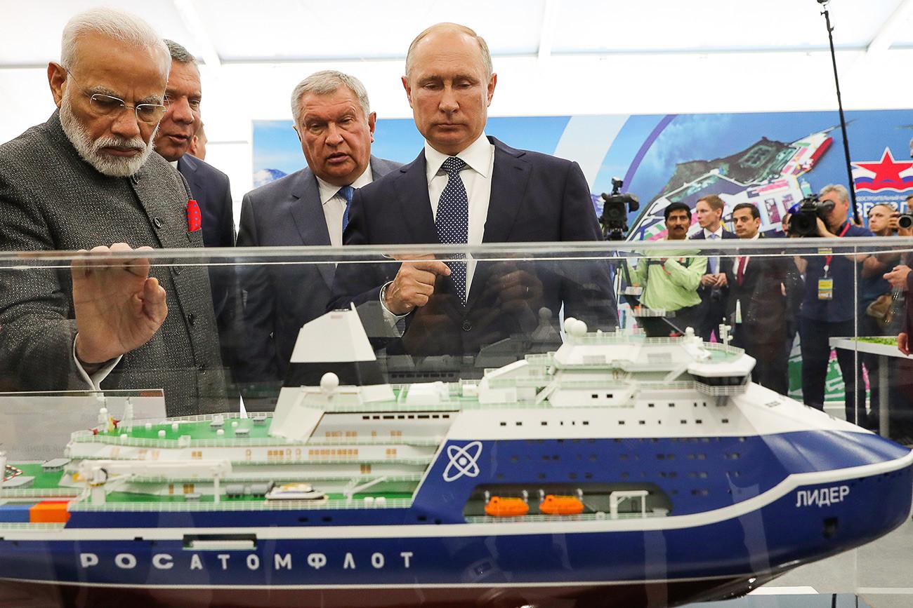 "Premiê indiano, vice-premiê russo e presidente Pútin olham maquete do quebra-gelo ""Líder""."