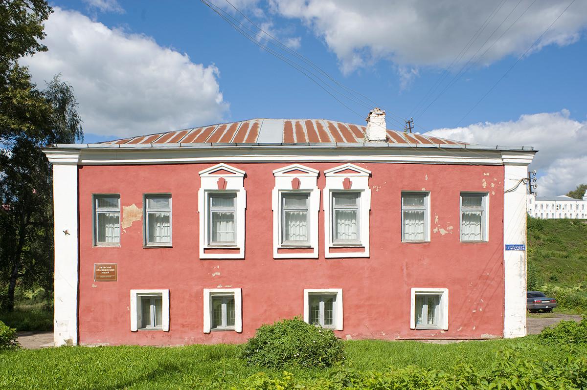 House built in 18th century on Prince Dmitry Side for Nemilov merchant family (now Rzhev Museum). August 13, 2016.
