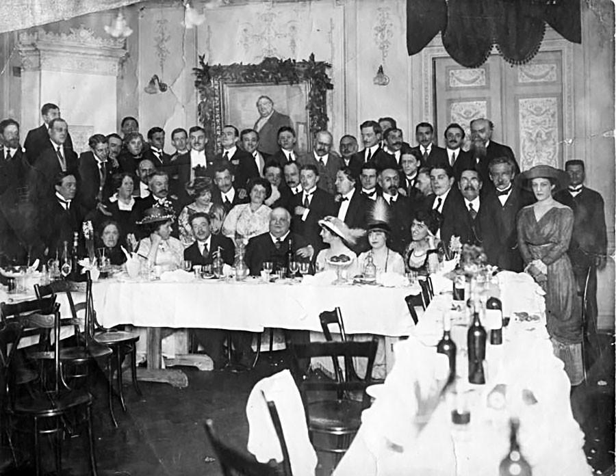 サンクトペテルブルクで開かれた俳優コンスタンティン・ヴァルラーモフの記念日の祝宴。1910年から1915年ごろ。