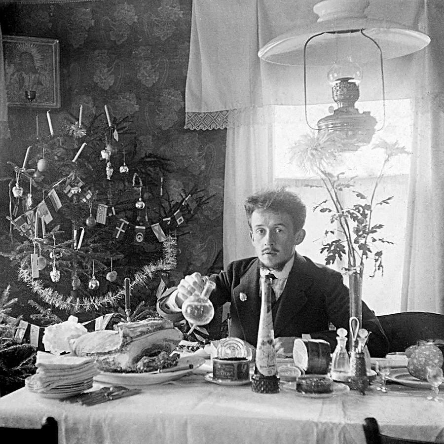 Autoportrait d'un photographe amateur près d'un sapin de Noël, à Iaroslavl, 1910-1913