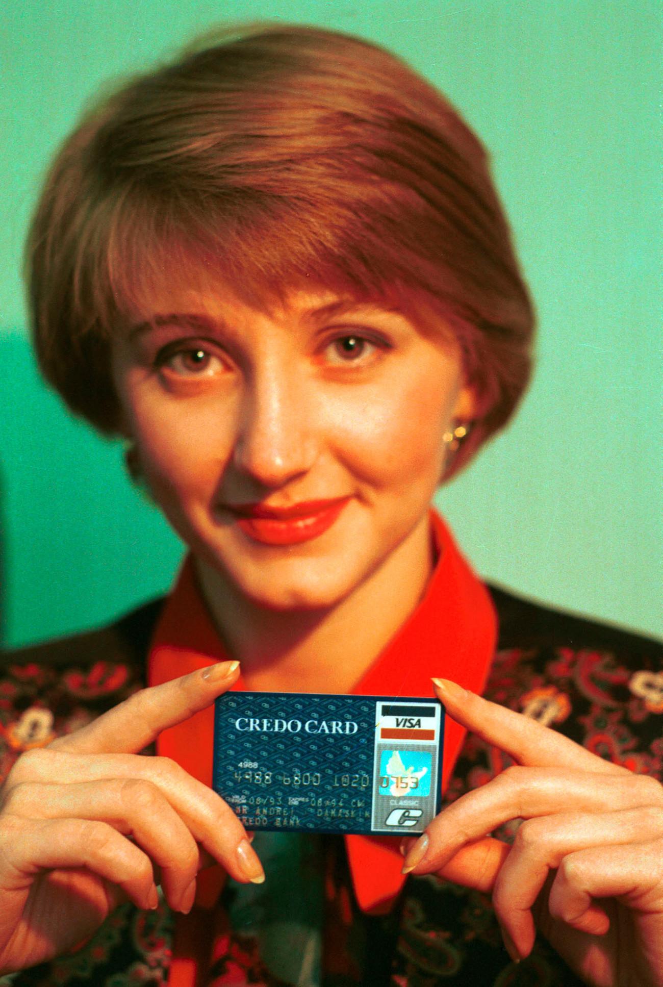 Kredobank a été la première banque commerciale à obtenir la licence générale autorisant les transactions en devises étrangères. Sur la photo : la carte Credo Card.