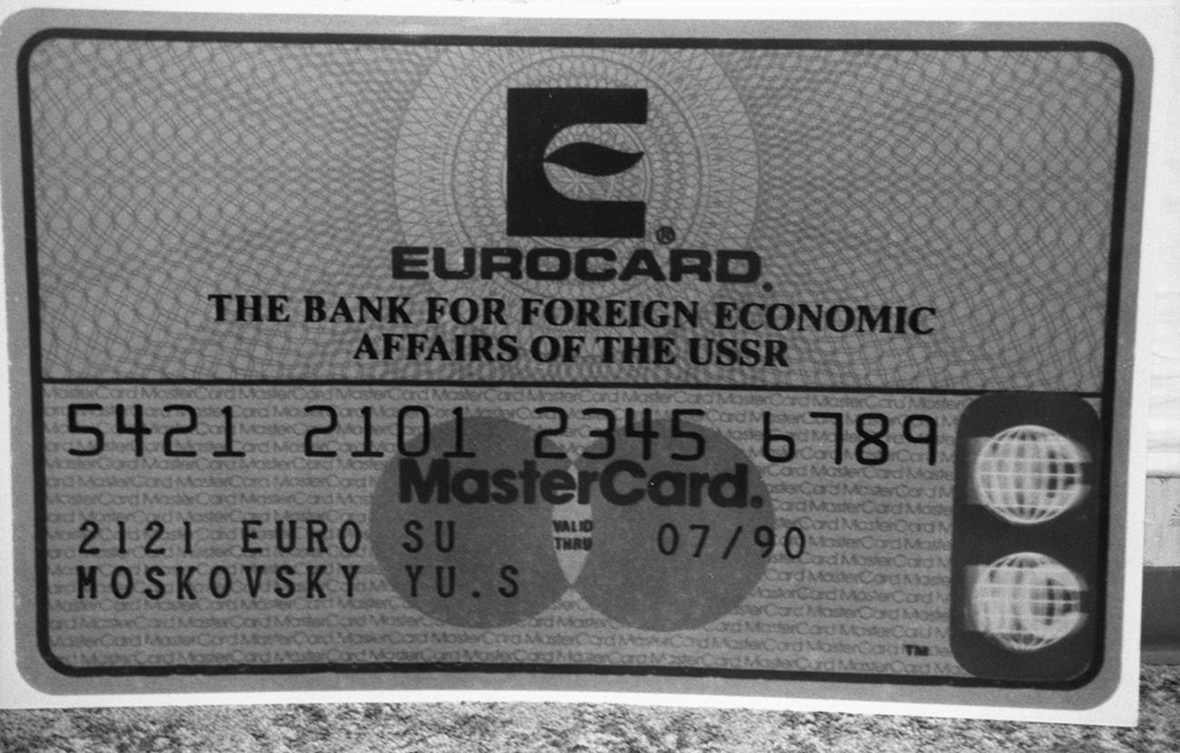 L'une des cartes de crédit introduites dans le pays après la signature d'un contrat entre Eurocard-Mastercard-Eurocheck et Vnechtorgbank d'URSS.