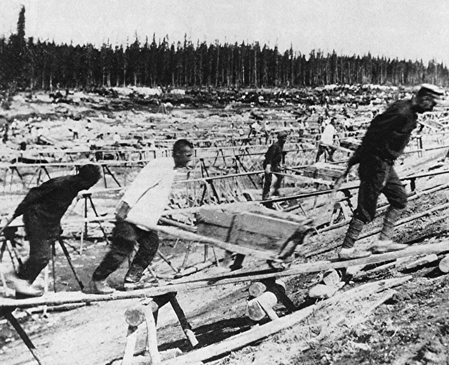 Para tahanan membangun Bendungan Laut Putih–Baltik.
