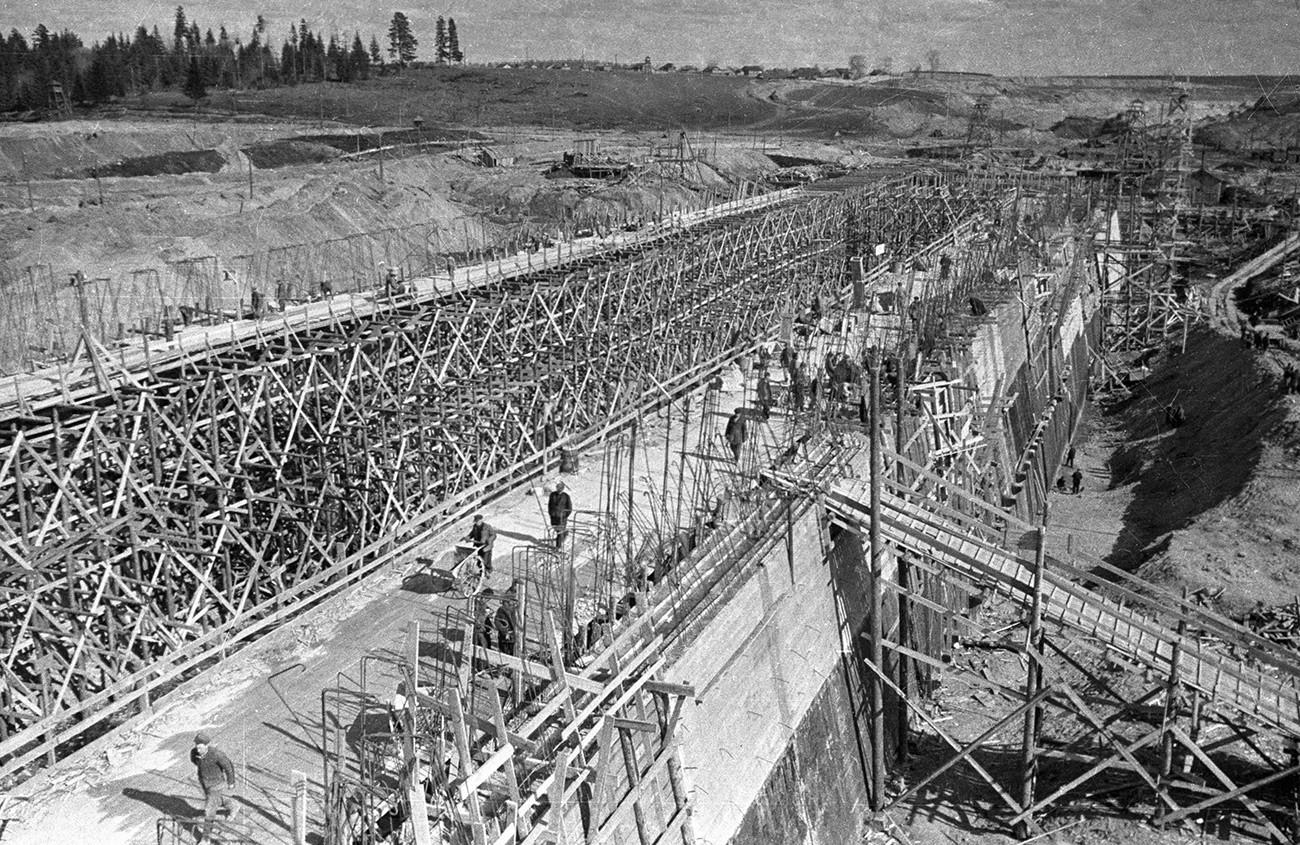 Para tahanan membangun Bendungan Moskow.