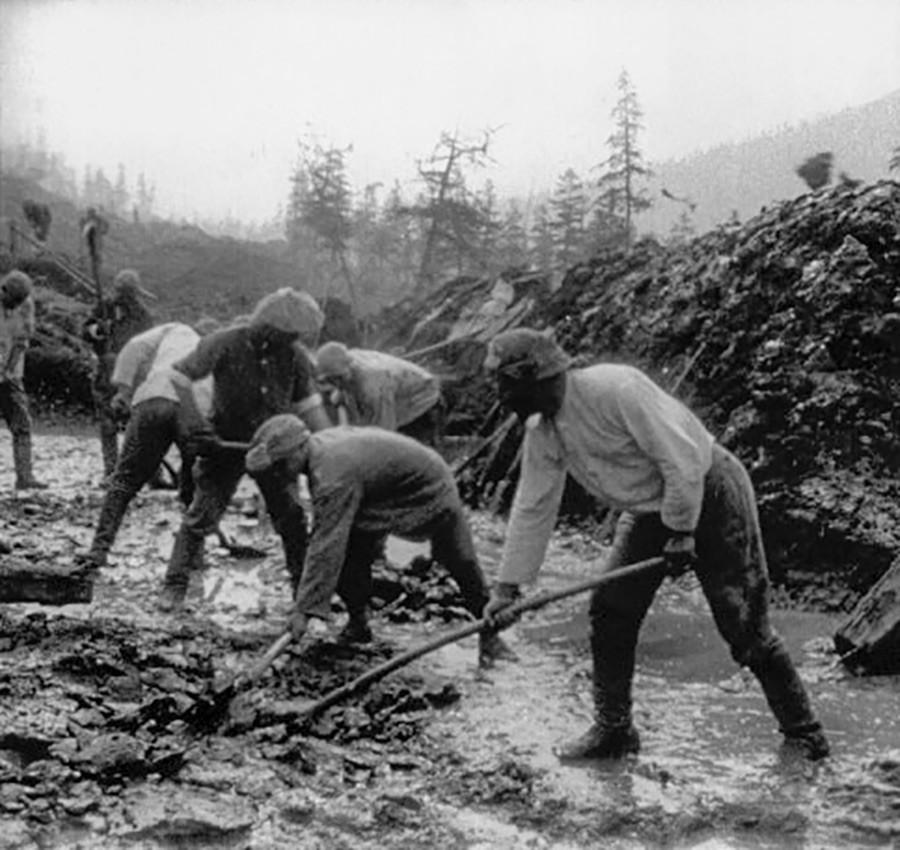 Para tahanan membangun jalan di Kolyma.