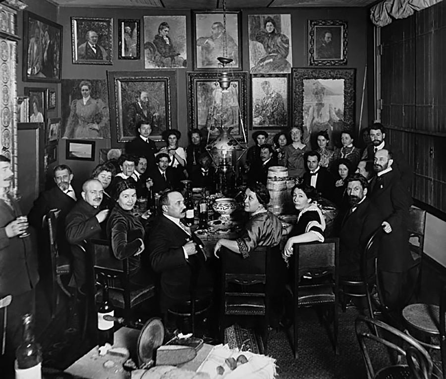 Jantar festivo na propriedade Penati, São Petersburgo, 1904-1909