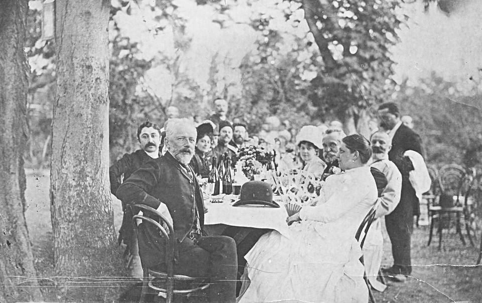 Compositor Piotr Tchaikóvski entre músicos na Geórgia, 1889