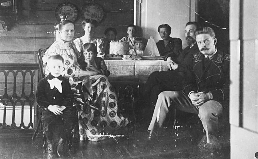 Família sentada à mesa de Páscoa, região de Vladímir, década de 1900