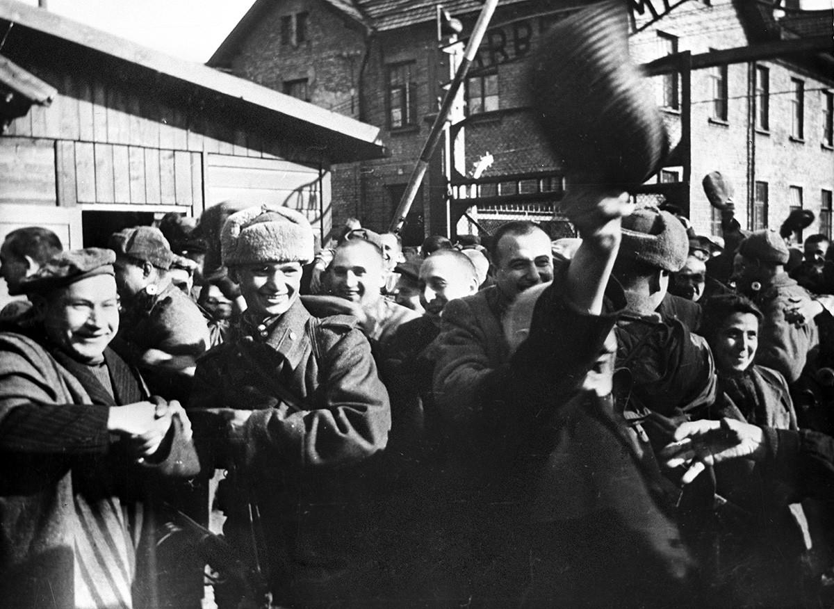 Ex-prisioneiros de Auschwitz nos primeiros momentos após a libertação