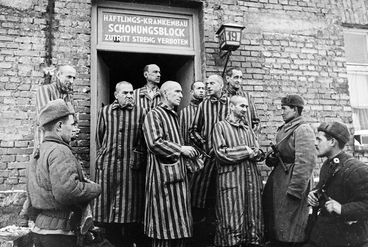 Soldados soviéticos do Exército vermelho com prisioneiros libertados do campo de concentração de Auschwitz, na Polônia, 1945