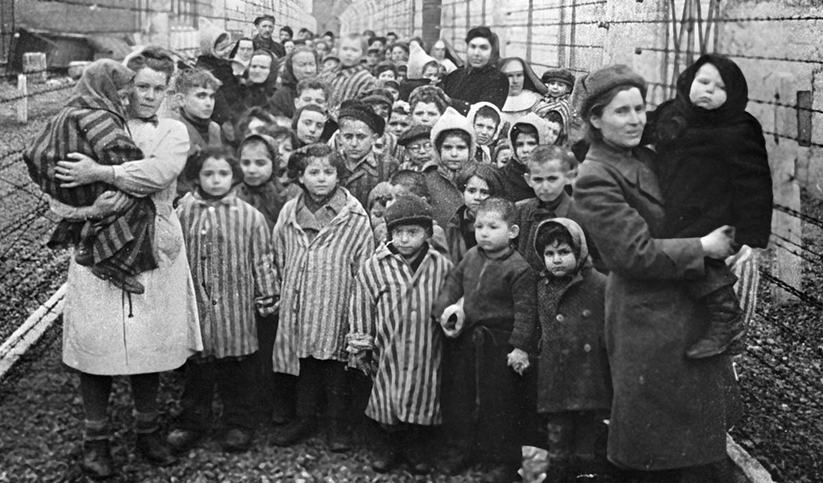 Sowjetische Ärzte und Vertreter des Roten Kreuzes zusammen mit den KZ-Häftlingen von Auschwitz kurz nach der Befreiung des Lagers