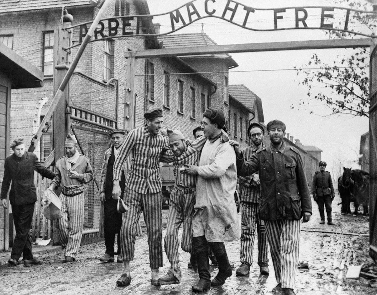 Tahanan-tahanan yang dibebaskan keluar dari Kamp Kerja Auschwitz-Birkenau, 1945.