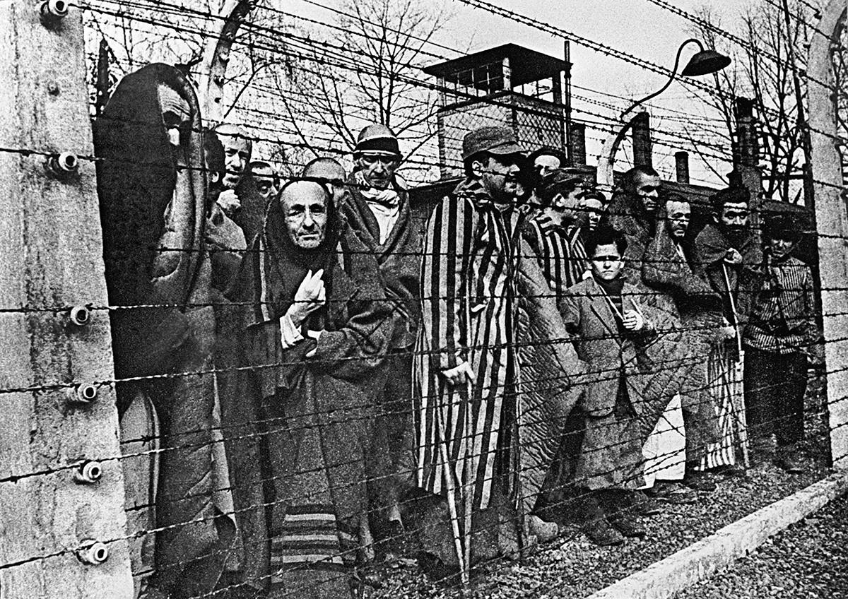 Tahanan Auschwitz sebelum mereka dibebaskan Tentara Soviet, 1945.