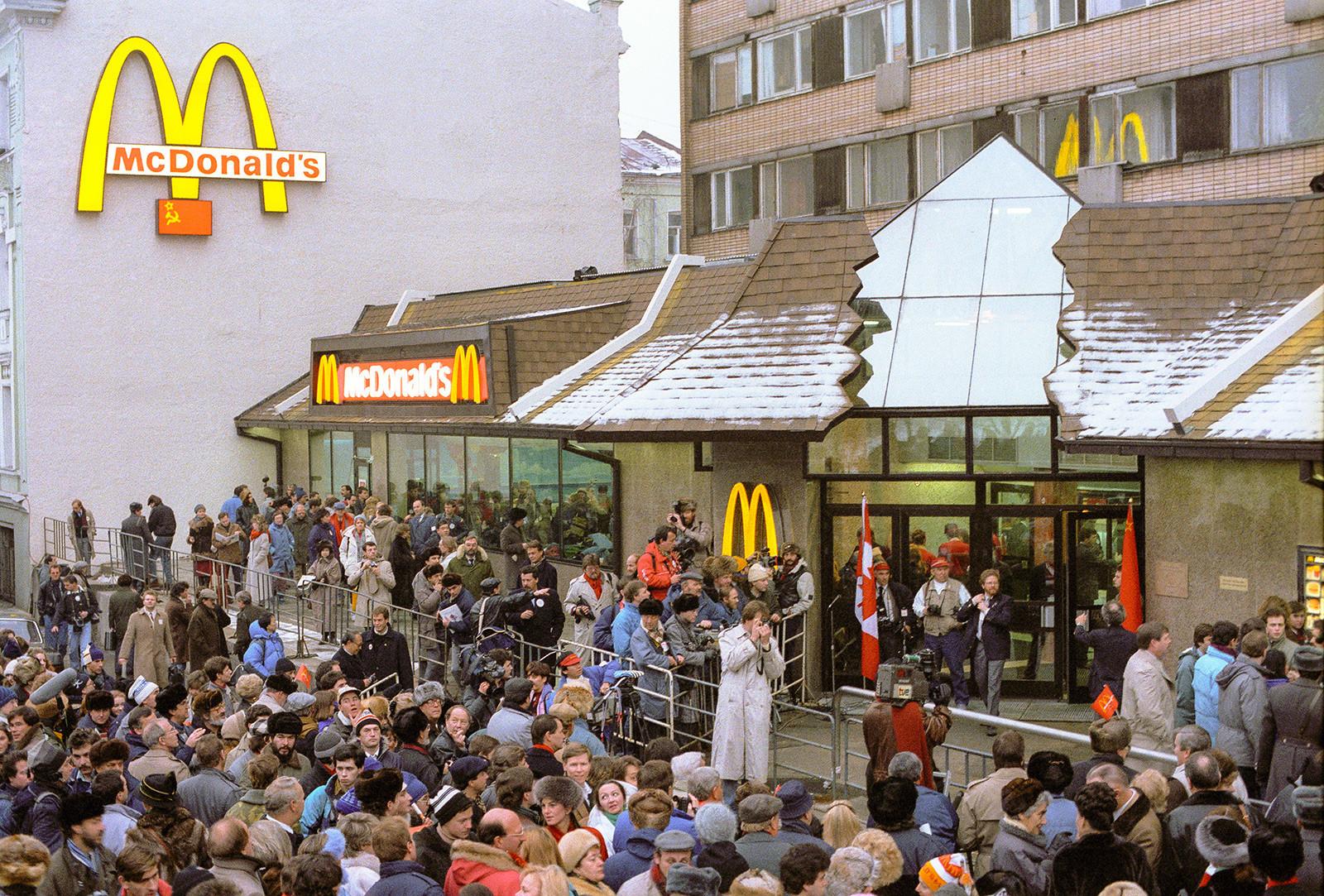 File d'attente devant le premier McDonald's de Moscou