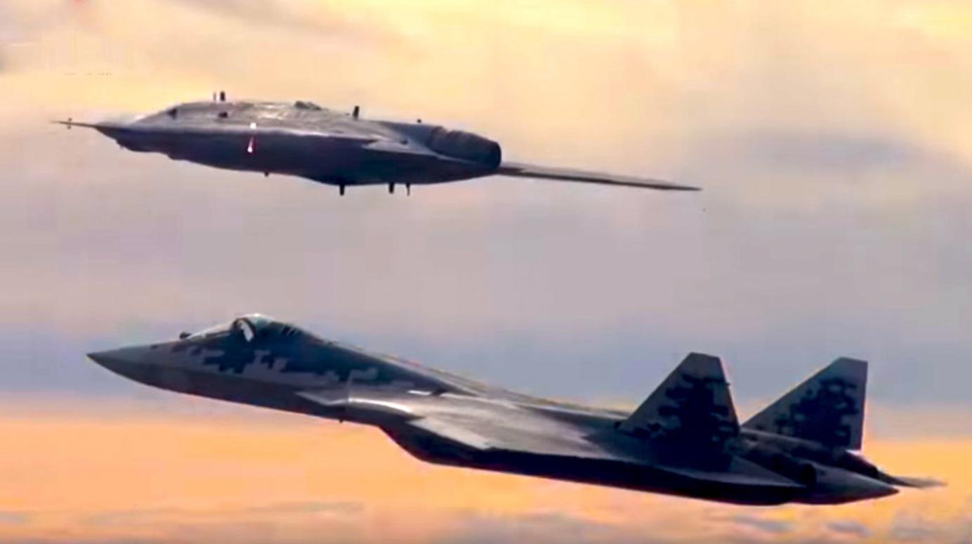 """Беспилотна летелица С-70 """"Охотник"""" је извела свој први лет заједно са ловцем пете генерације Су-57"""