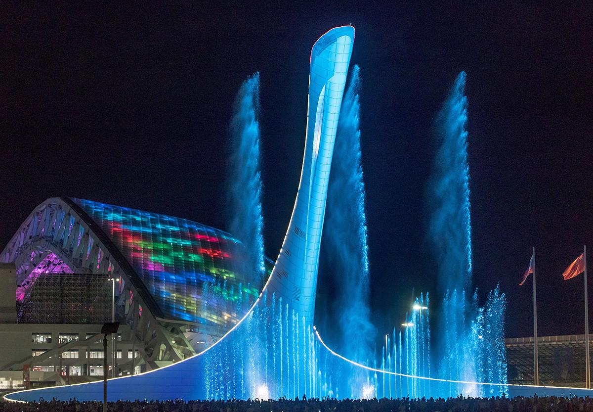 """Стадион """"Фишт"""" на коме су игране утакмице Светског фудбалског првенства 2018. године у Русији и олимпијска бакља, Сочи, Олимпијски парк."""