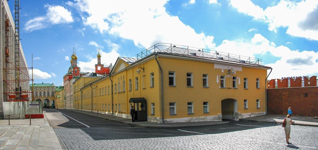 Gedung administrasi Kremlin di bagian selatan Menara Troitskaya.