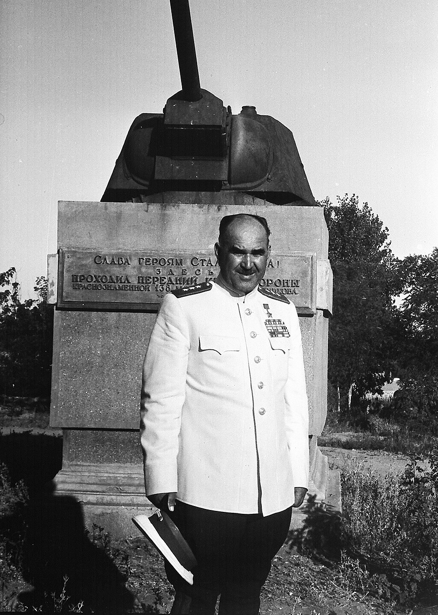 """Der Held der Sowjetunion Iwan Ljudnikow steht vor einem Denkmal auf der """"Ljudnikow-Insel""""."""