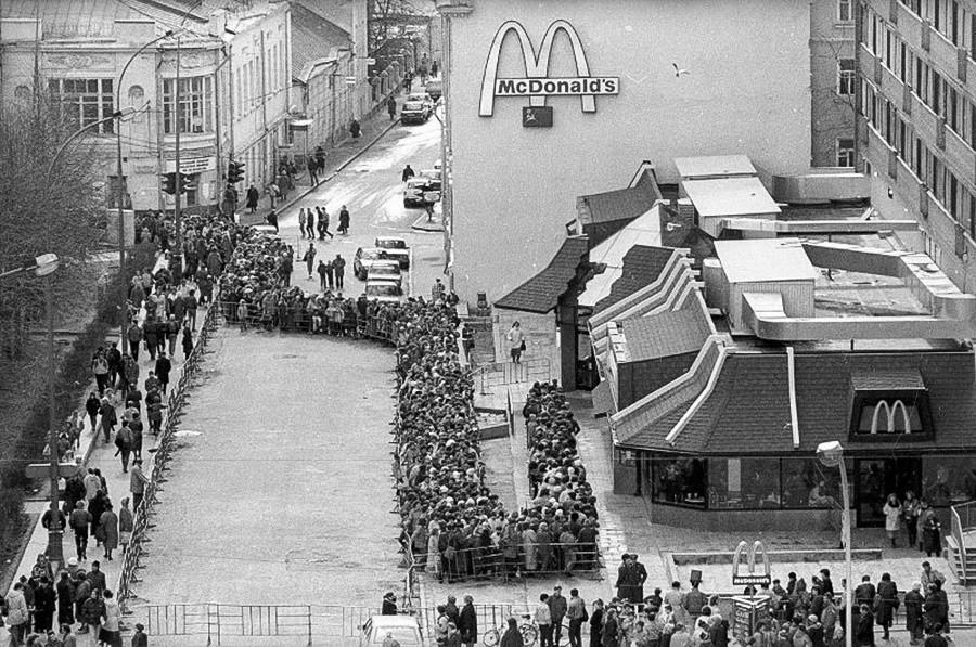 Cola de visitantes frente al primer McDonald's en Moscú