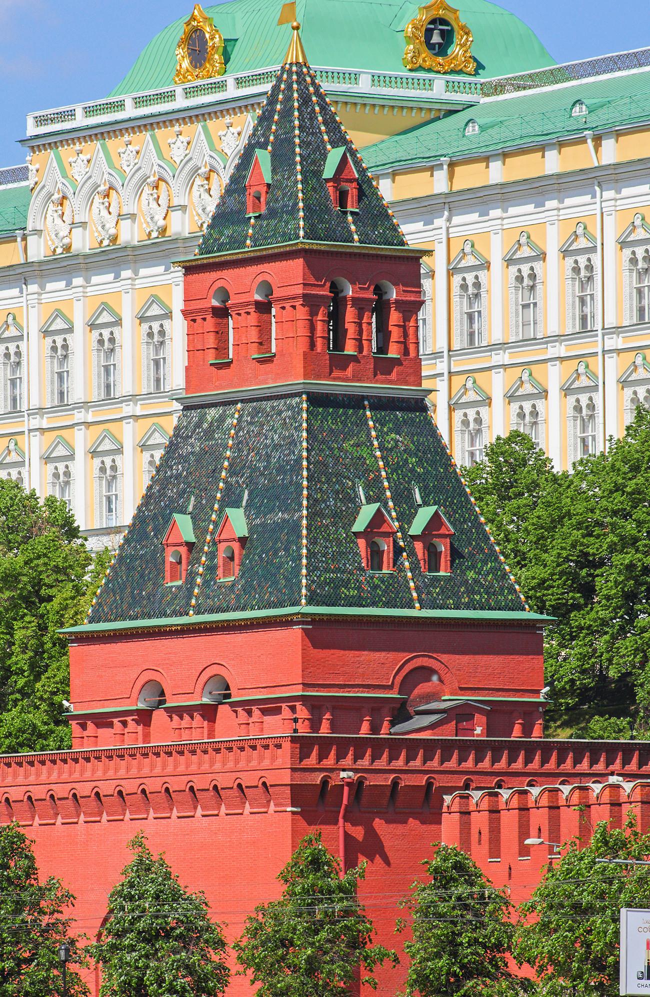 Тајницката кула на московскиот Кремљ.