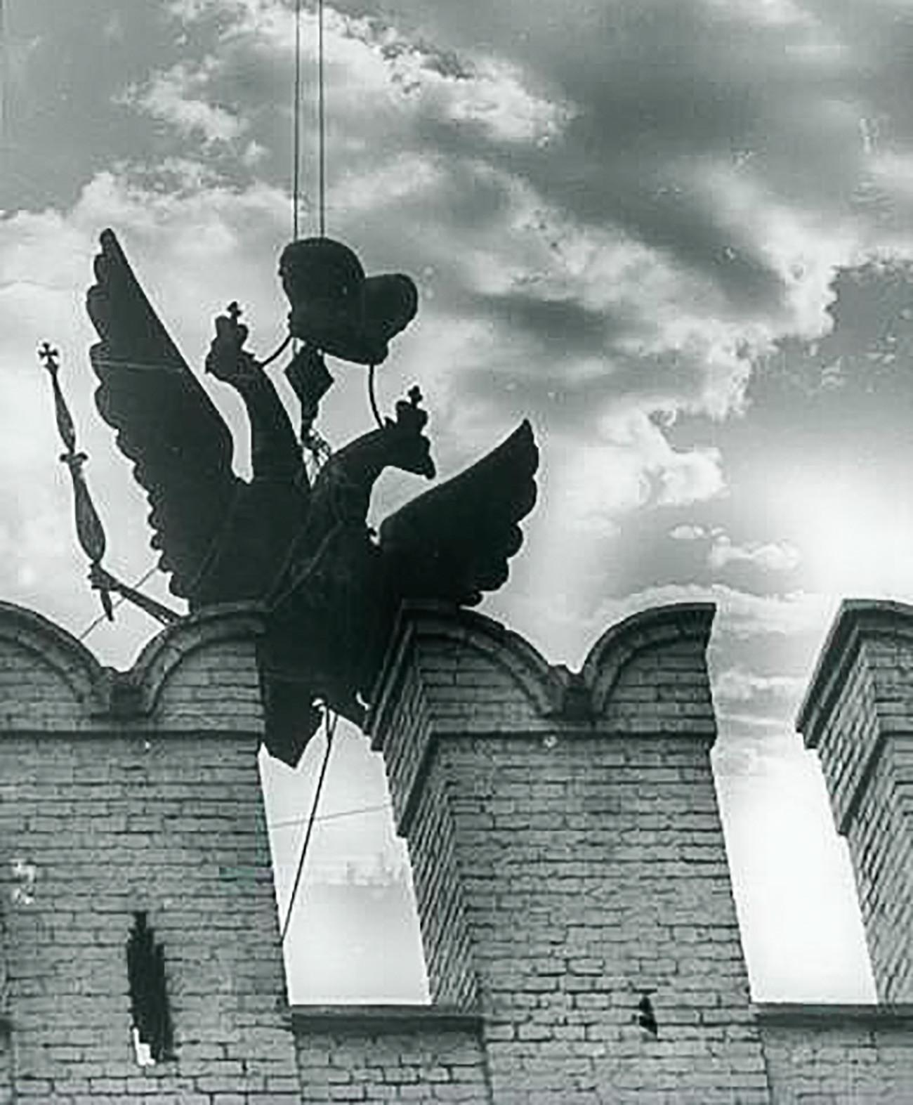 Спуштање на двоглав орел од Никољската кула на Кремљ.