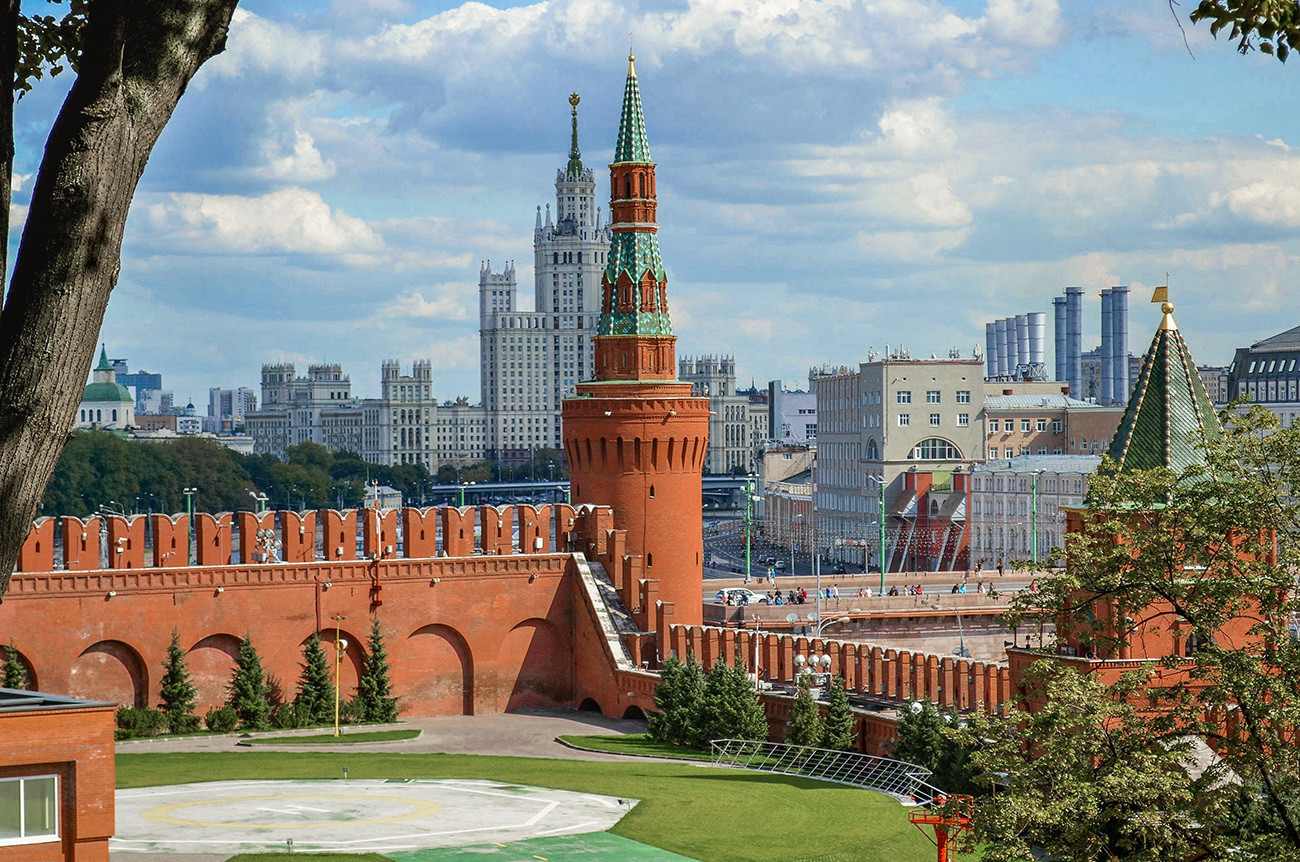 Во центарот на фотографијата е Беклемишевската кула, а во заднина станбен комплекс згради на Котељническиот кеј. Десно, скриена со лисје, се гледа Петровската кула.
