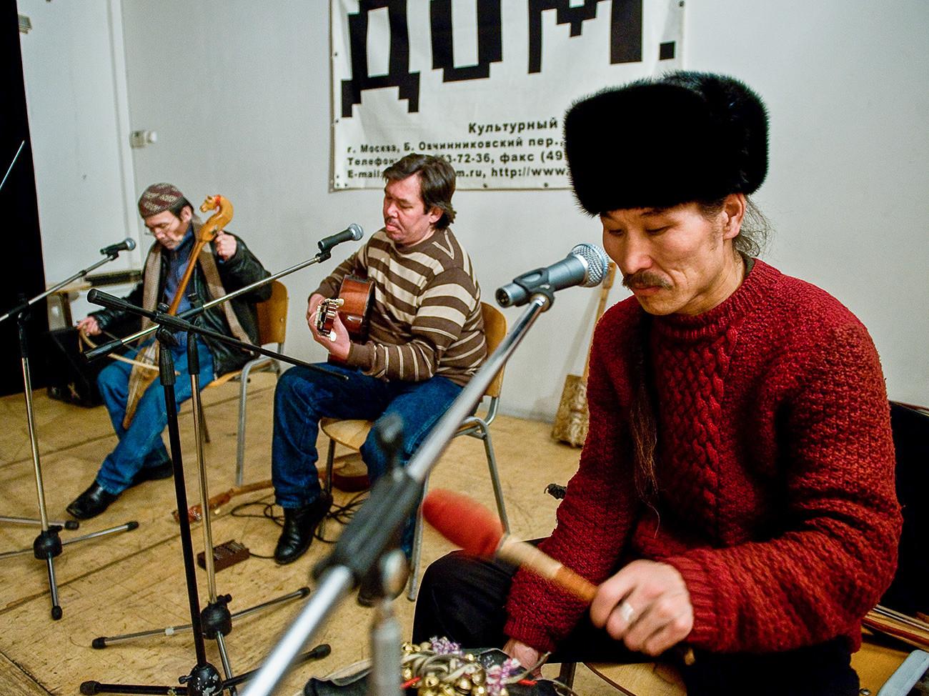 Člani tuvinske skupine Huun-Huur-Tu, od leve proti desni, Kaigal-ol Hovalig, Sajan Bapak in Aleksej Sariglar med vajo pred koncertom v klubu