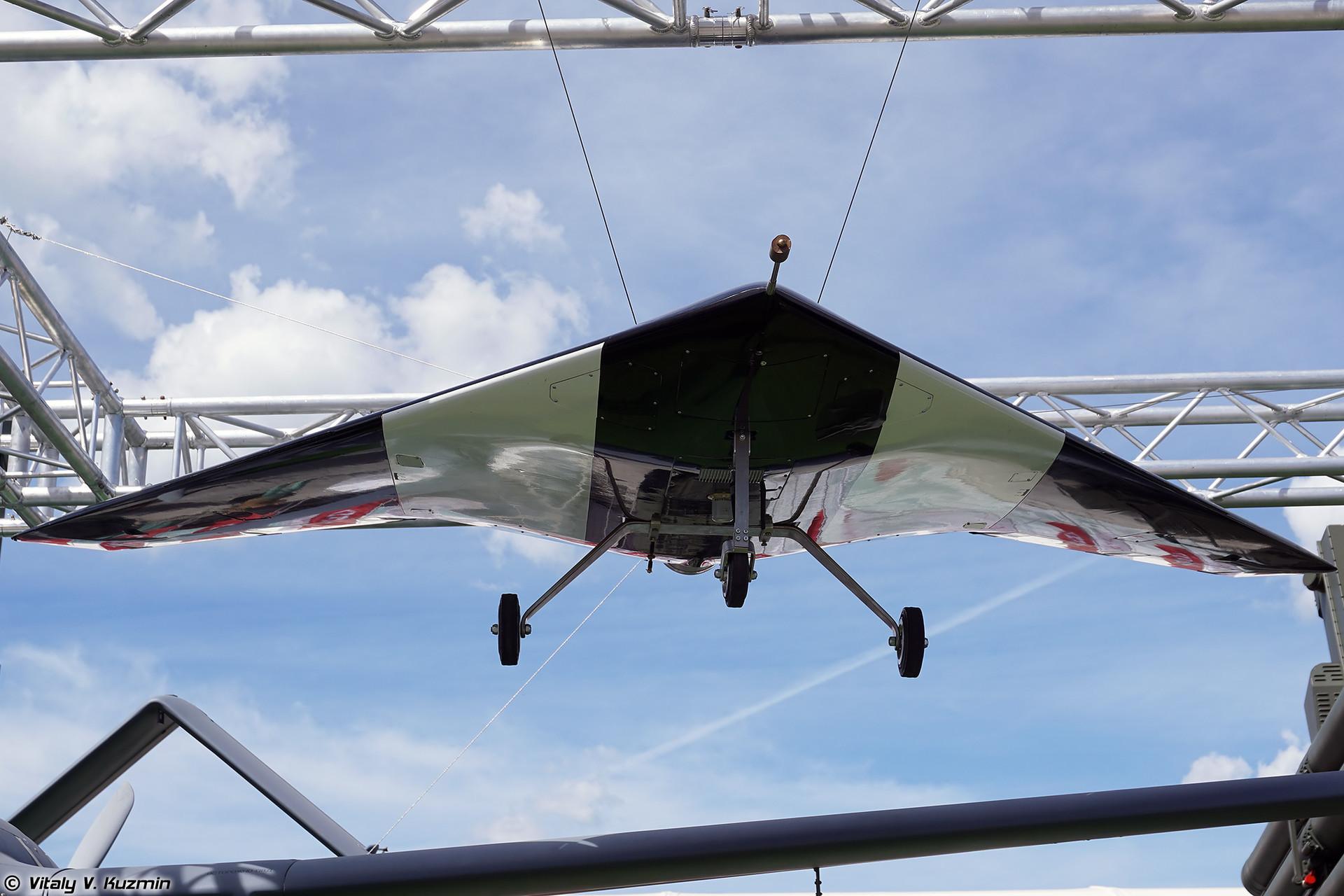 Model teškog udarnog drona S-70