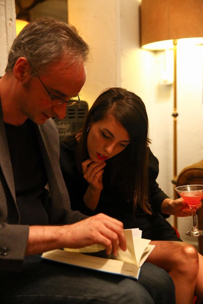 Macarena Berjano junto al escritor y periodista Daniel Utrilla en una de las ediciones de The Russian Club.