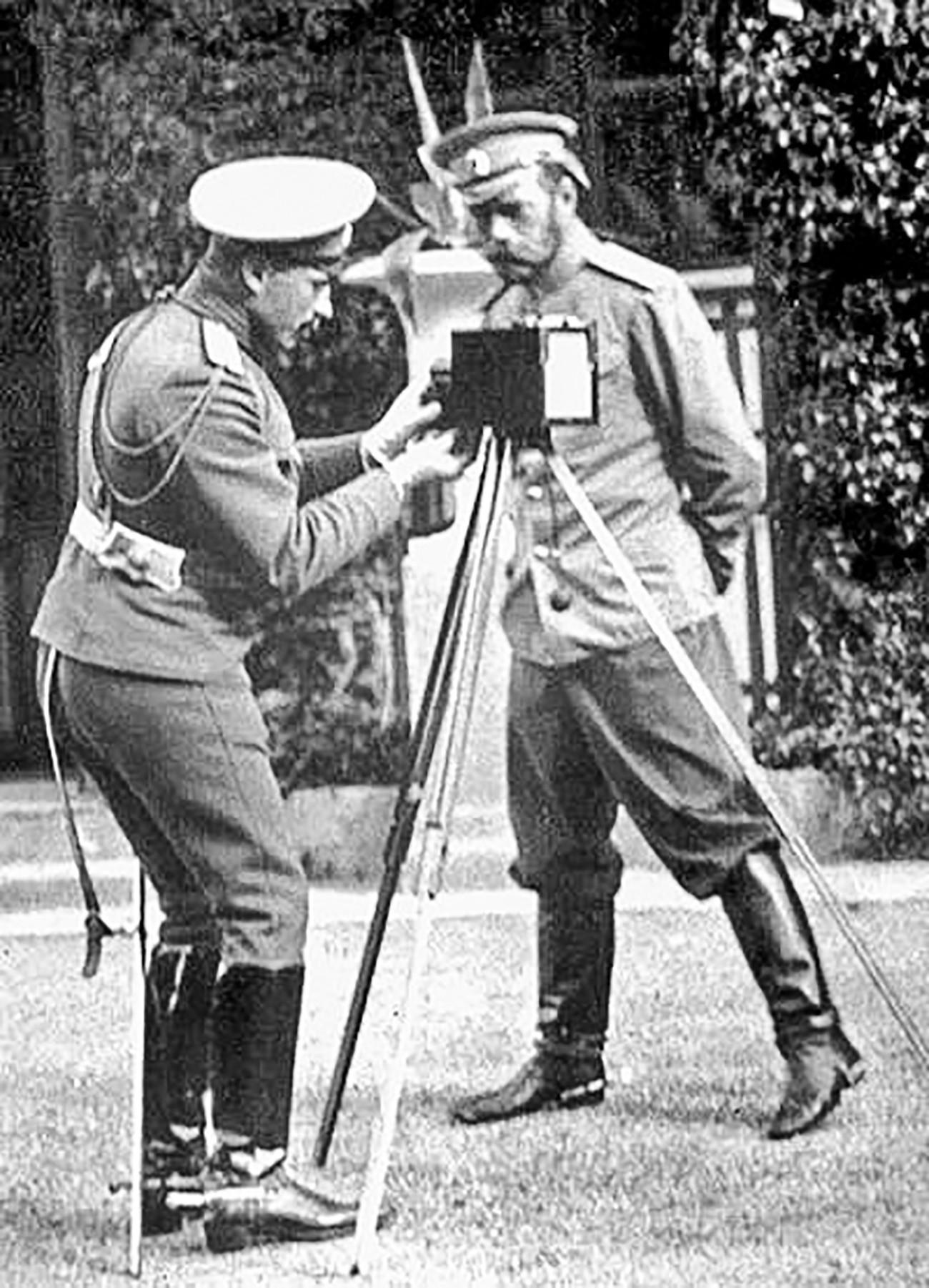 Николай Второй следит за установкой фотоаппарата на треногу