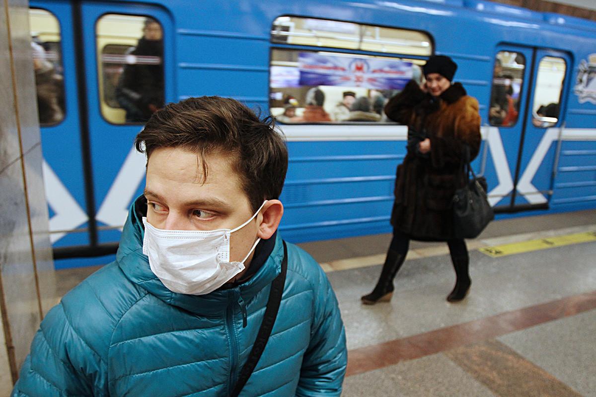 Morador de Novossibírsk transita com máscara cirúrgica pelo metrô. Vendas subiram enormemente.