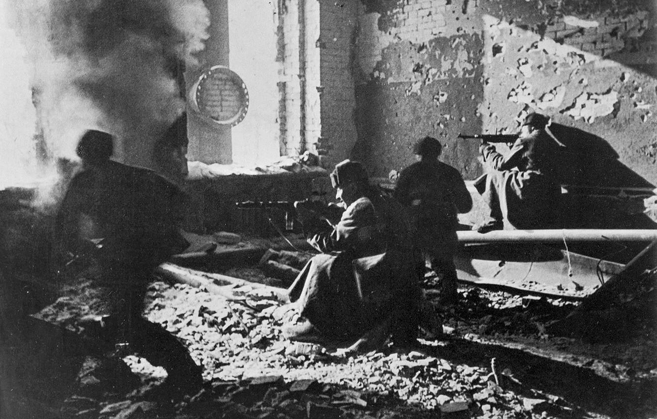 """Стаљинград. Децембар 1942. године. Борбе у околини фабрике """"Црвени Октобар""""."""