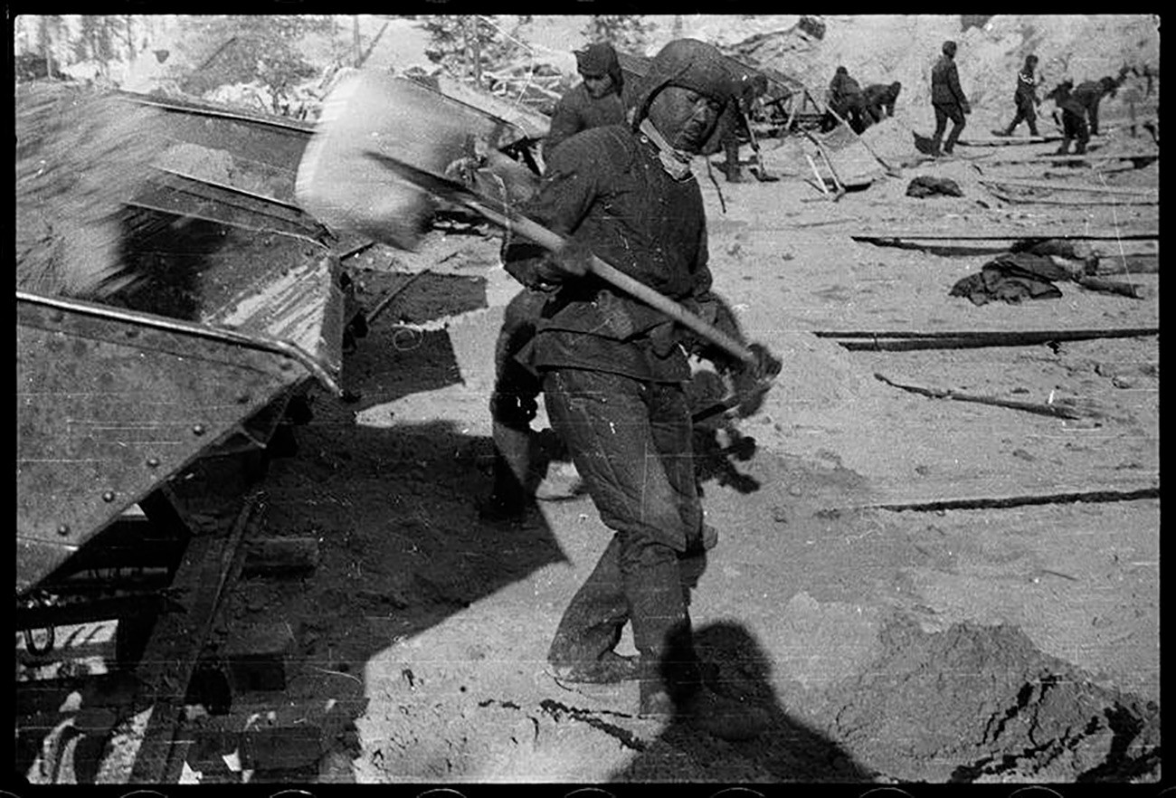 Des prisonniers lors de la construction du Canal de la mer Blanche