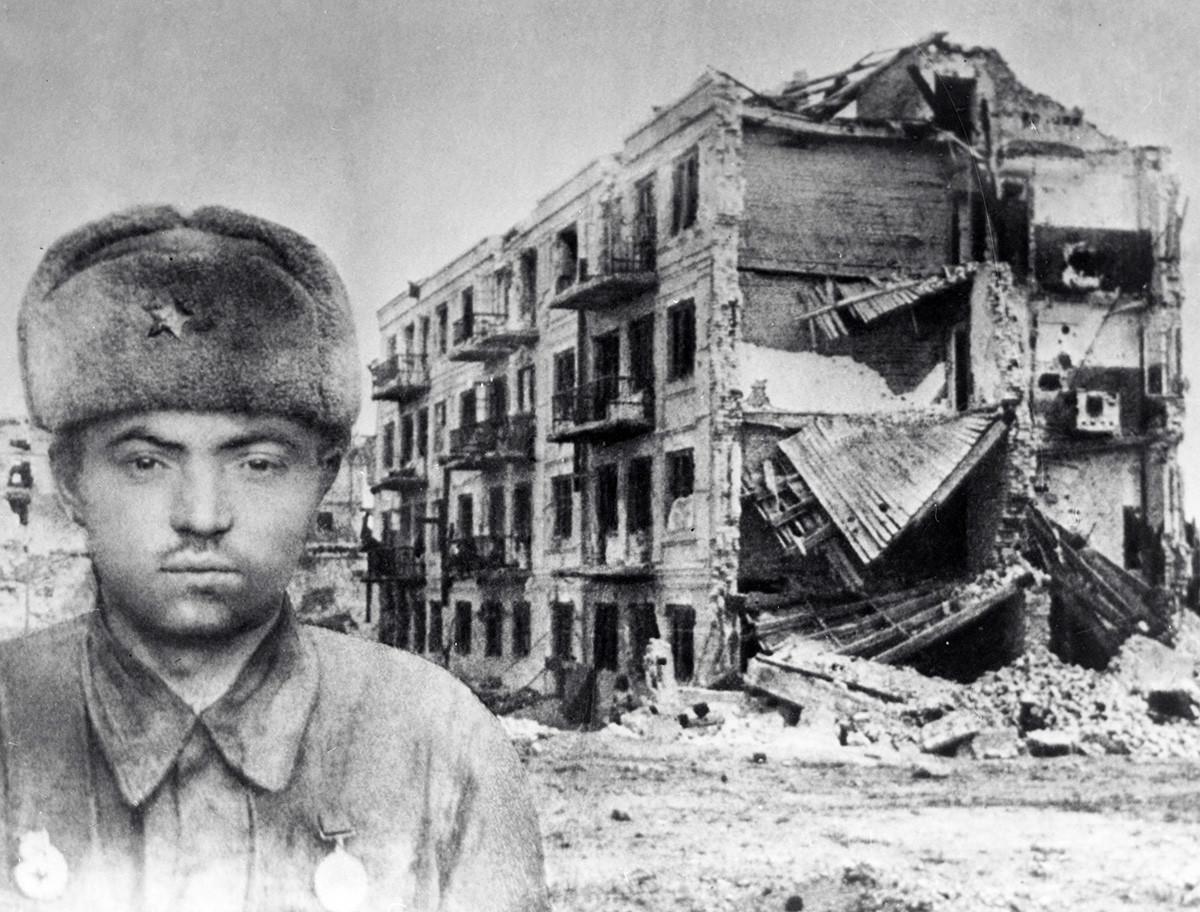 Sargento Yakov Pávlov, Héroe de la Unión Soviética, frente a una casa destruida