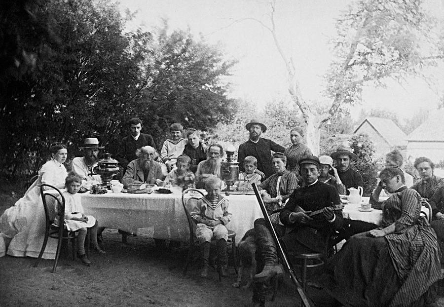 """Schriftsteller Leo Tolstoi mit der Familie und Freunden auf seinem Anwesen """"Jasnaja Poljana"""", Region Tula, 1888."""