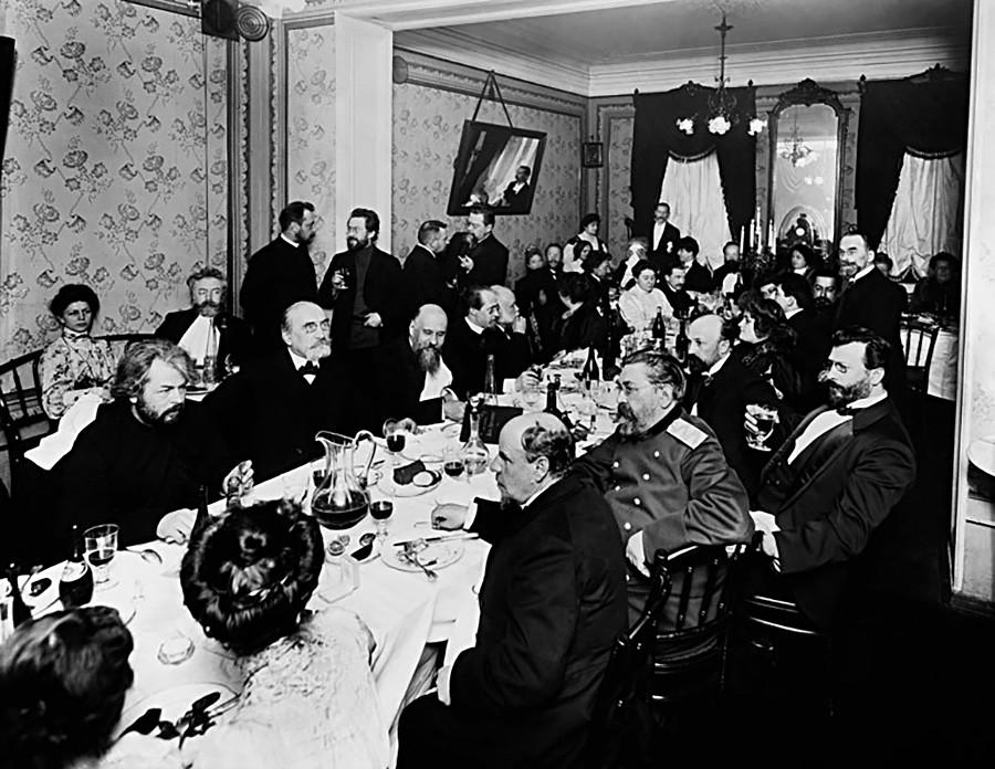 """Ein feierliches Abendessen zu Ehren des 50-jährigen Bestehens der Literaturstiftung, Restaurant """"Maly Jaroslawez"""", Sankt-Petersburg, 8. November 1909."""