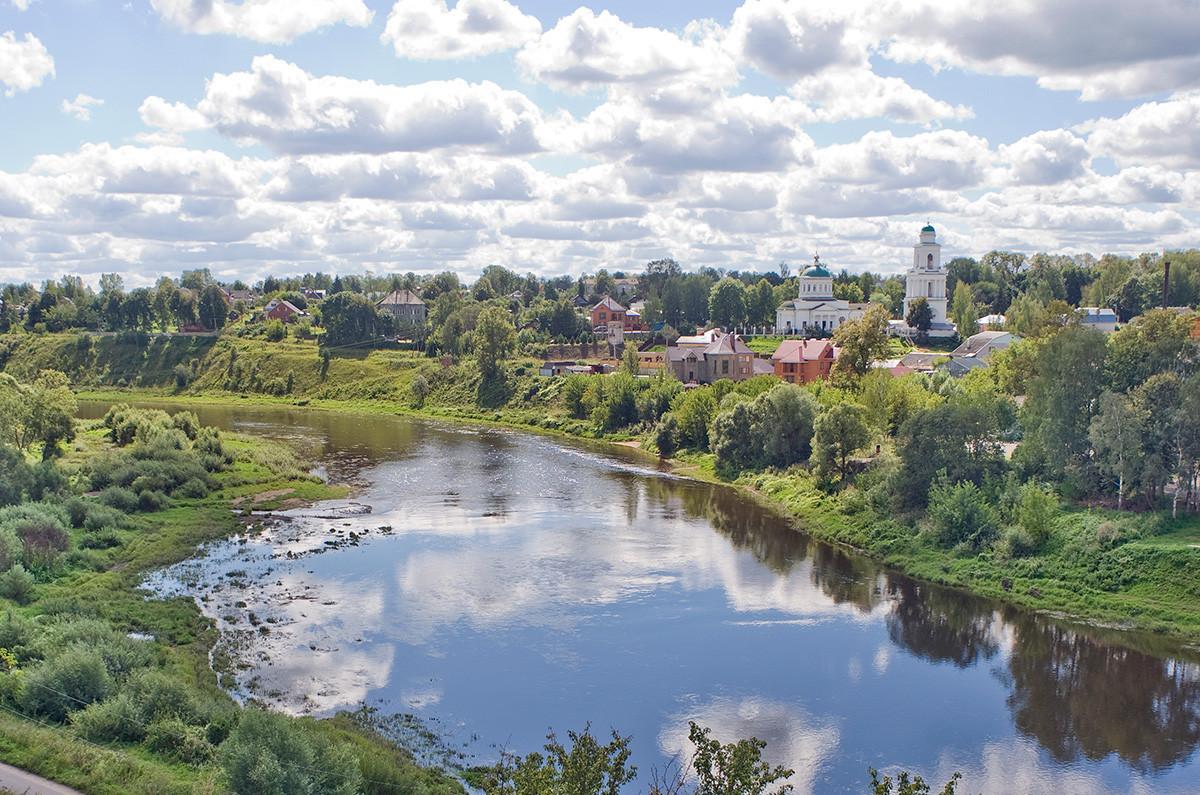 Ržev. Pogled proti jugovzhodu čez reko Volgo. Desno: Okovecka katedrala. 13. avgust 2016.