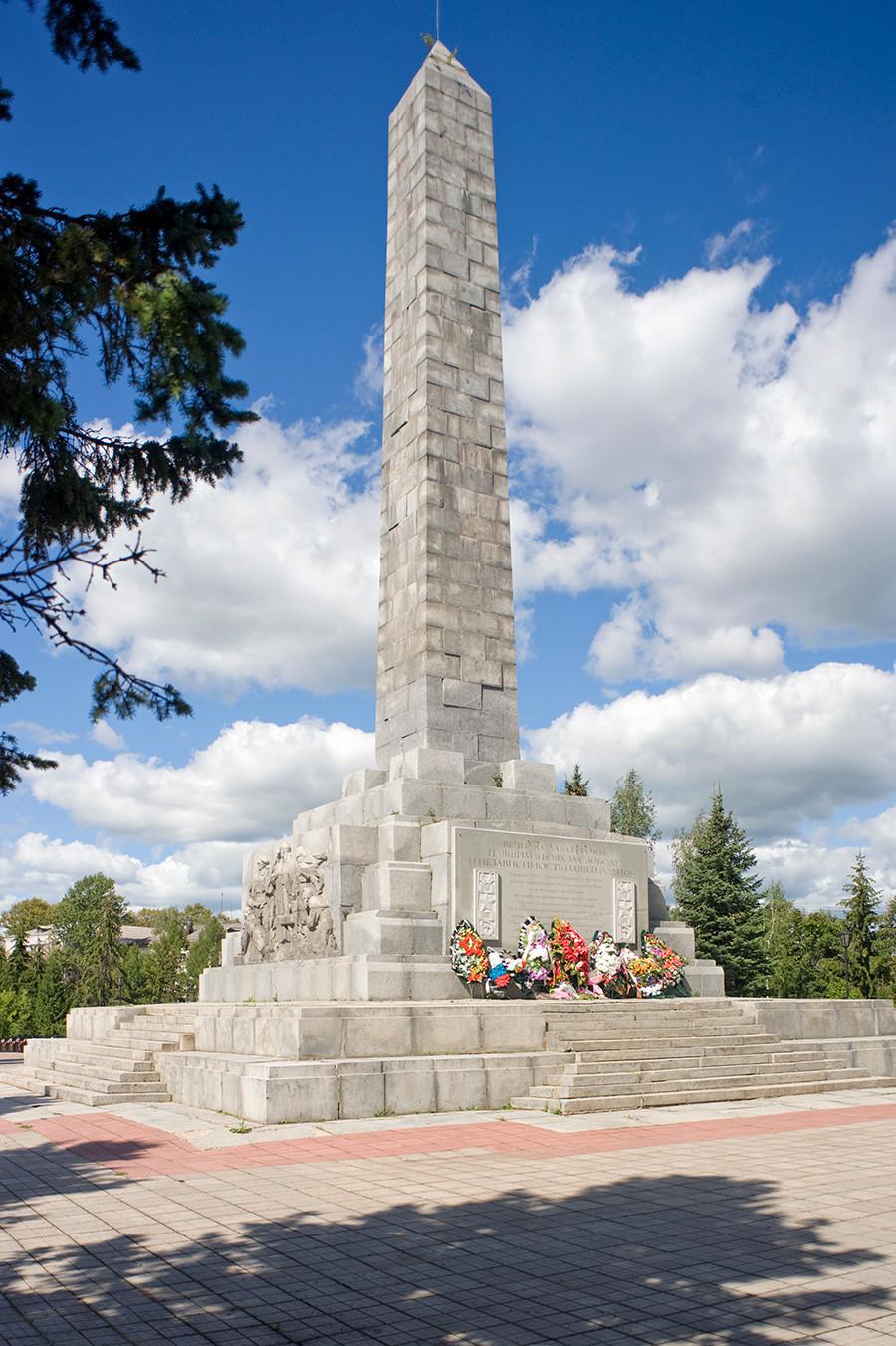 Obelisk osvoboditeljem Rževa na Katedralnem griču (mesto uničene Uspenske katedrale). 13. avgust 2016.
