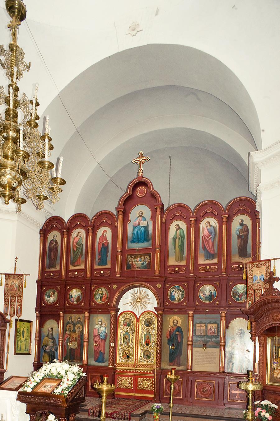 Okovecka katedrala. Notranjost, pogled proti vzhodu proti novemu ikonostasu. 24. avgust 2016.