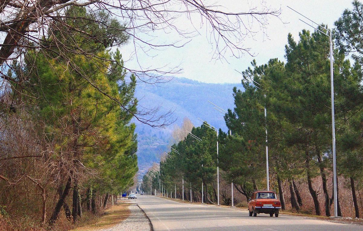 Estrada na Abecásia, perto da fronteira com a Rússia.