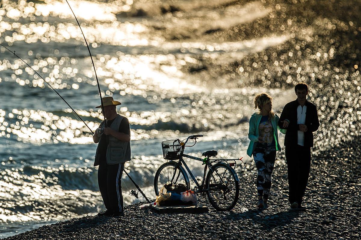 Pescador no passeio olímpico de Adler.