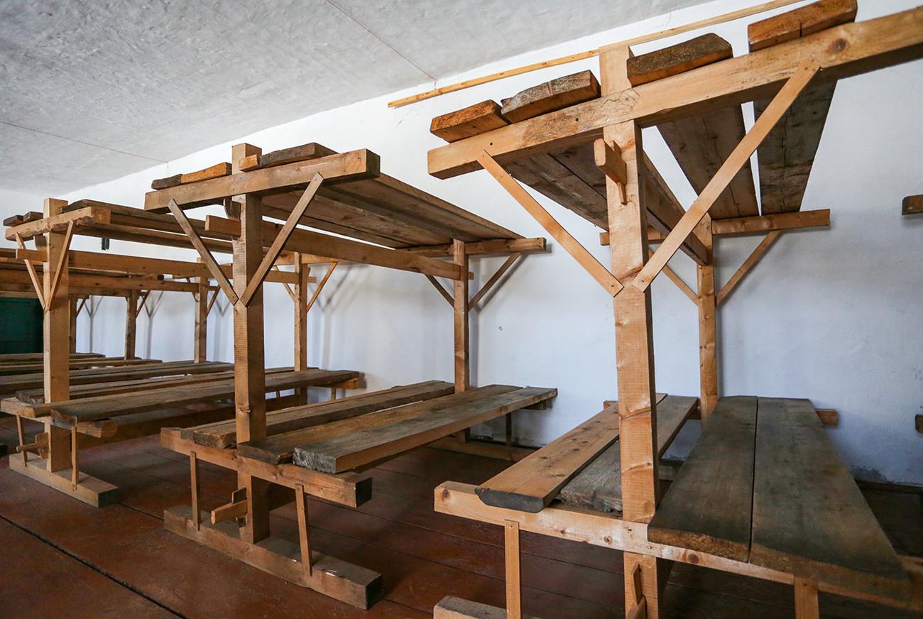 """Затвореничке даске за спавање у бараци на територији музеја историје политичких репресија """"Перм-36"""" у насељу Кучино у Чусовском рејону."""
