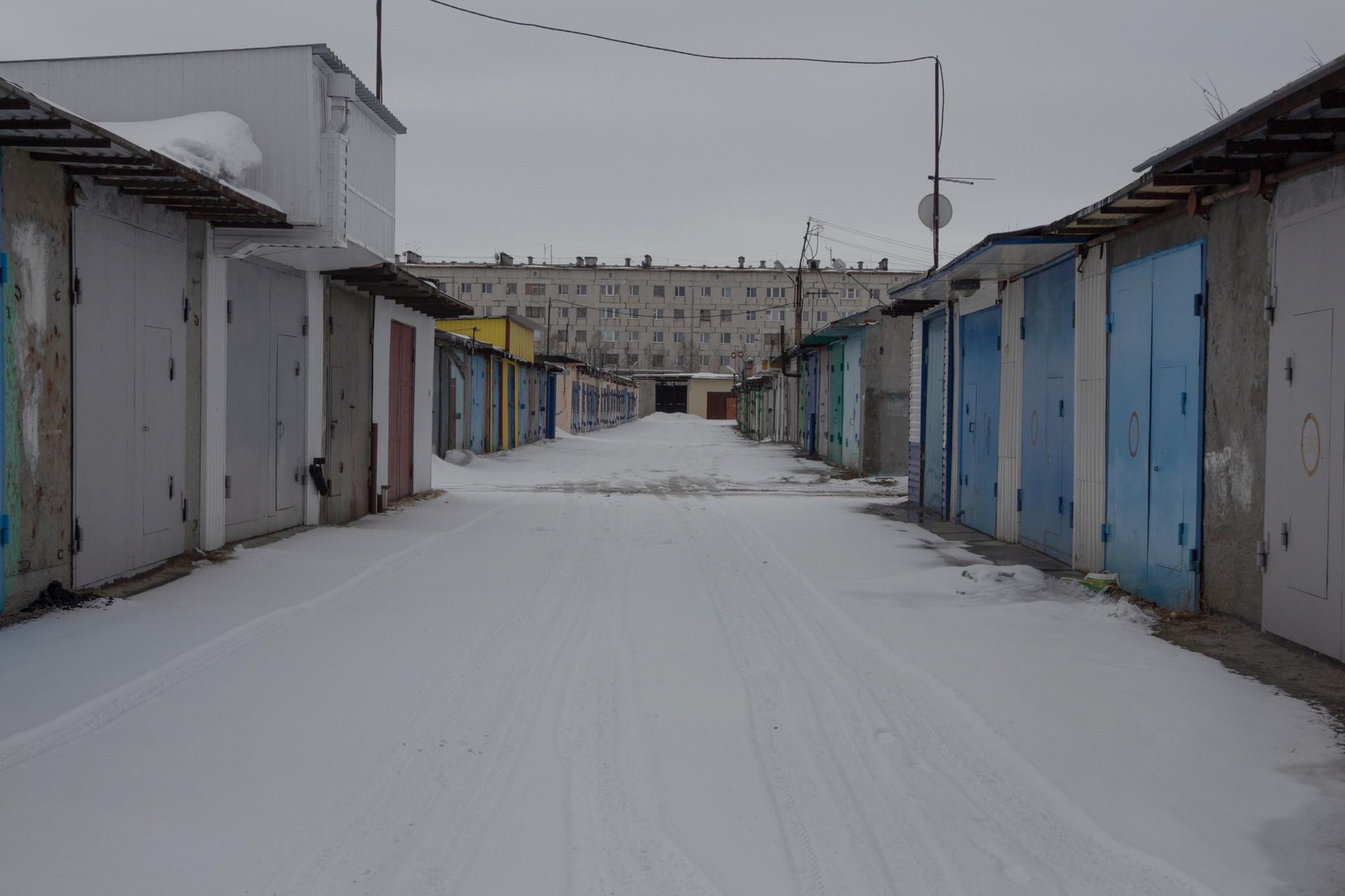 ロシア北方の典型的な共同ガレージ。