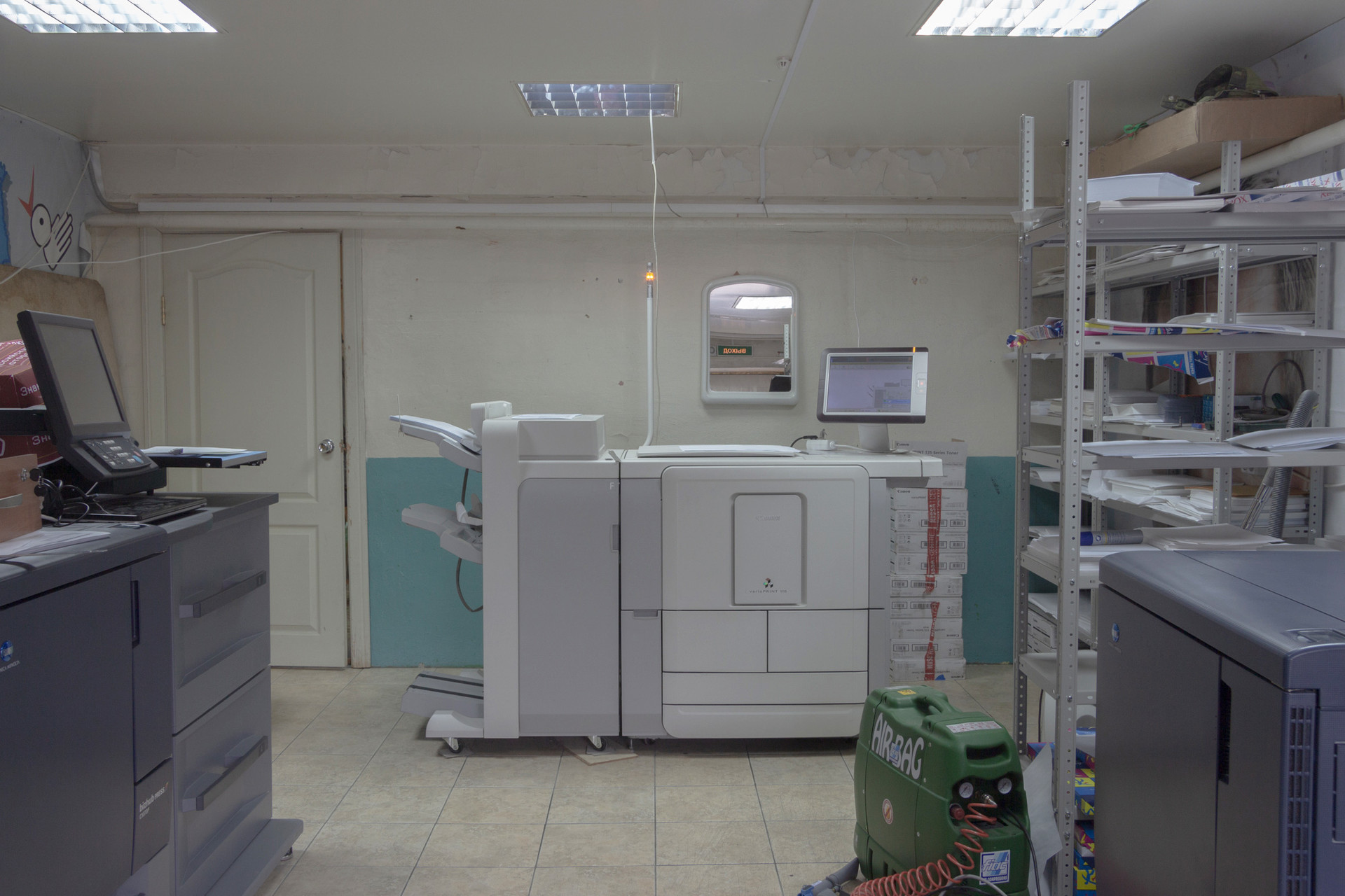 1階建てのガレージ2つに地元の新聞の印刷所がある。