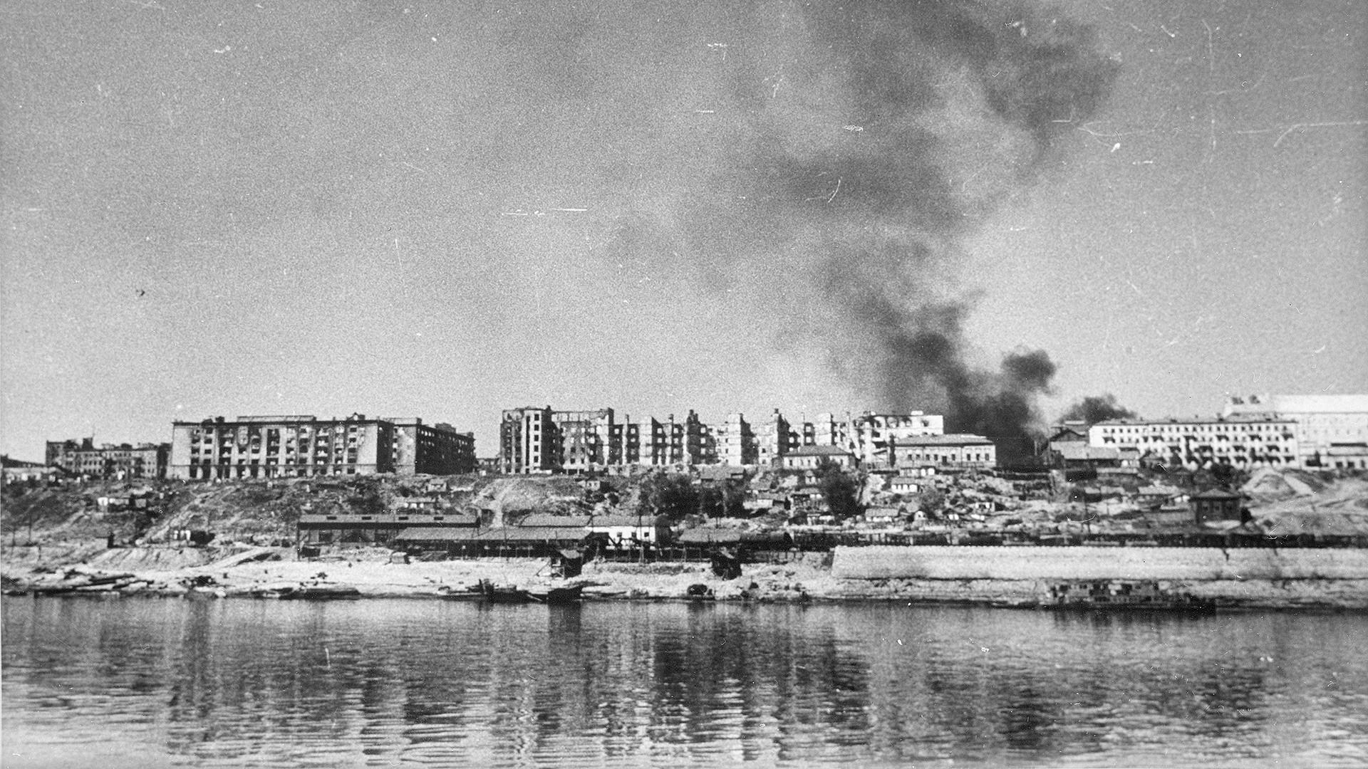 Vue sur la Volga et la ville de Stalingrad (aujourd'hui Volgograd), détruite par les nazis, 1942