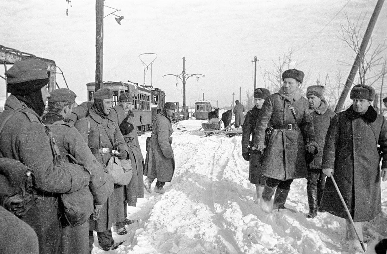 Rencontre. Des officiers soviétiques passent devant des prisonniers allemands. Deuxième à droite : le lieutenant-général Vassili Tchouïkov. Stalingrad, janvier 1943.