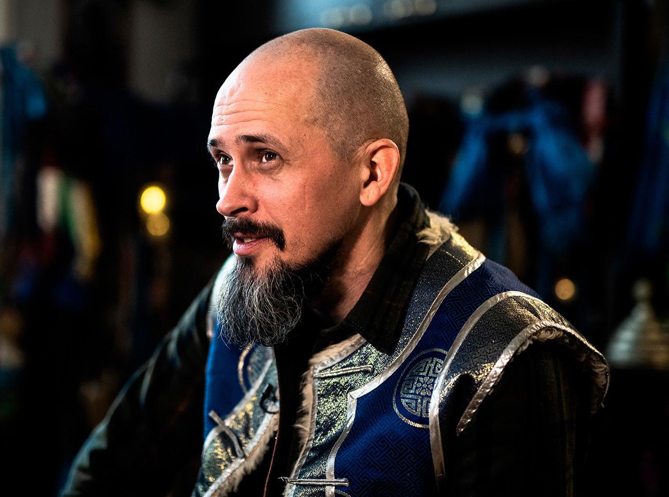 Челябинский шаман, певец, музыкант, исполнитель различных стилей горлового пения, специалист по выживанию Тюргэн Кам в Челябинской области.