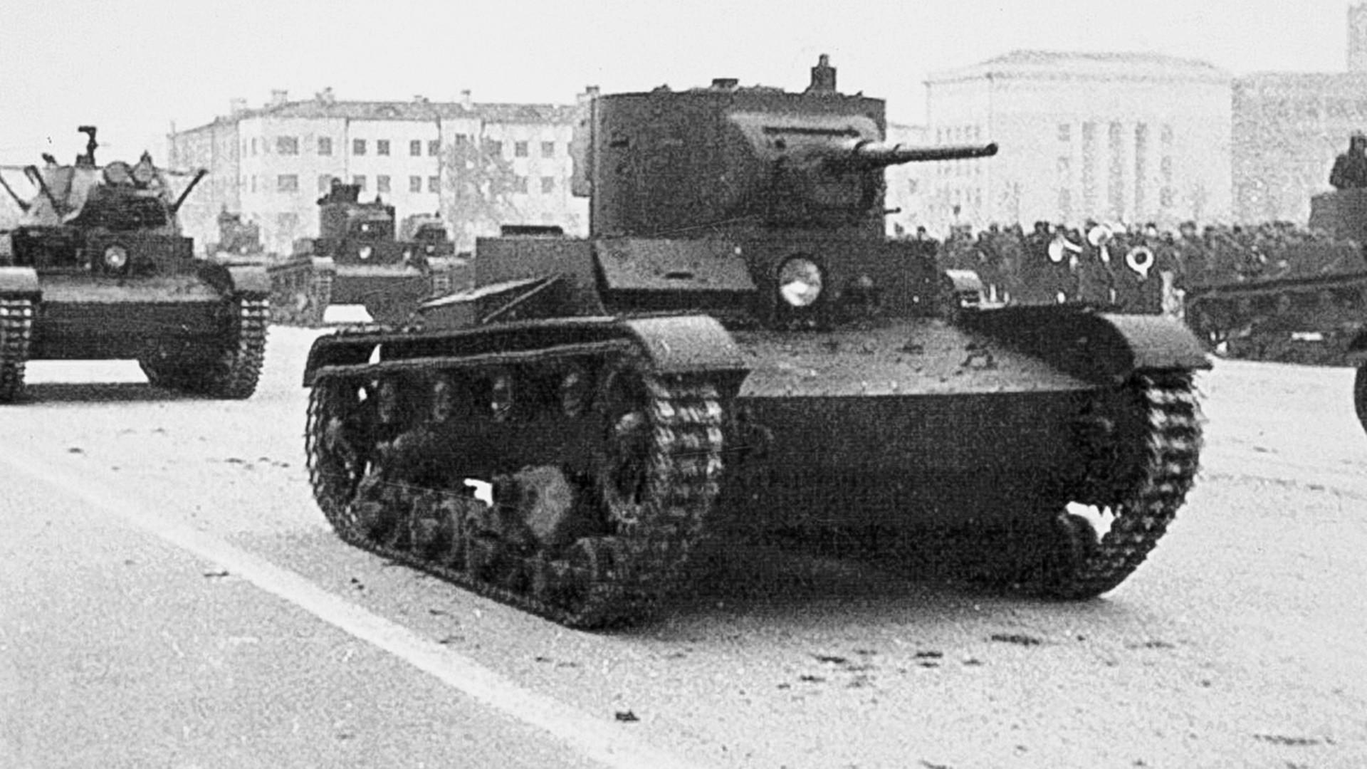 Tanques ligeros T-26. Desfile militar en Kúibishev el 7 de noviembre de 1941